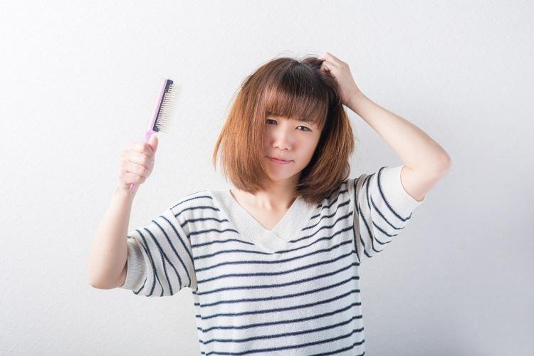 女性の抜け毛はどうして起こる?原因と対策を知って抜け毛を防ごう